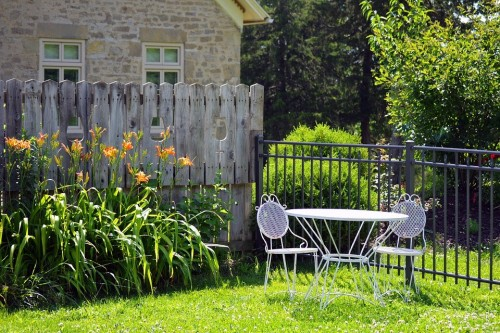 Here are some fence line landscaping ideas for homeowners.